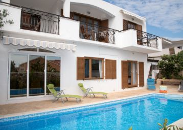 Bright apartment in Villa with swimming pool