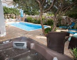 Apartman Luminous apartment with pool and hot tub