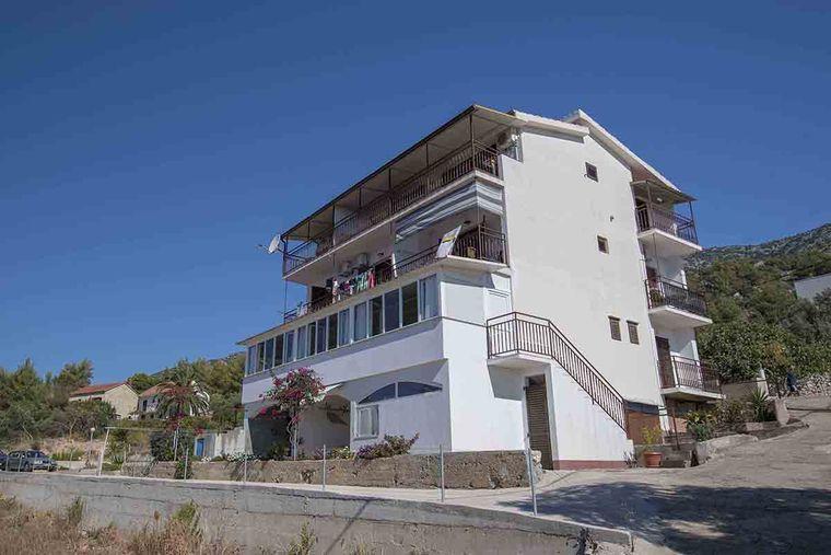 Zavala appartamenti caratan alloggi privati for Appartamenti isola hvar