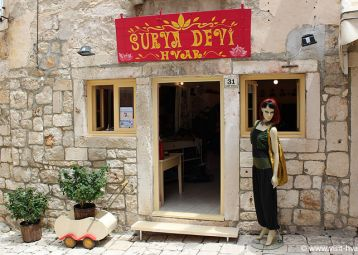 Surya Devi Hvar, Summer clothes